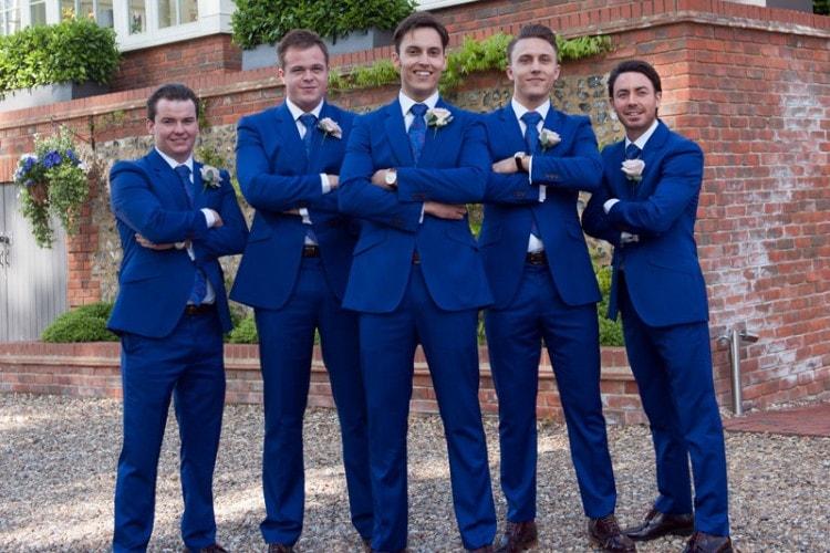 Жених, друзья и свидетели в одинаковых свадебных костюмах