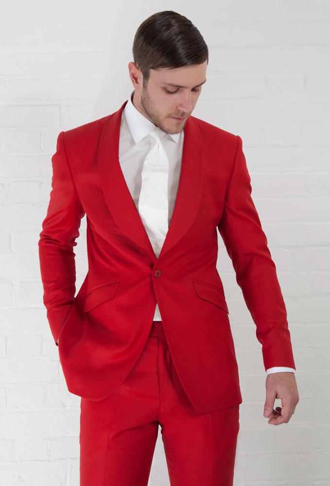 Красный классический костюм жениха