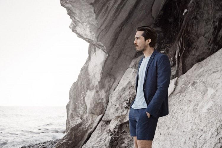 Мужчина в летнем костюме голубого цвета