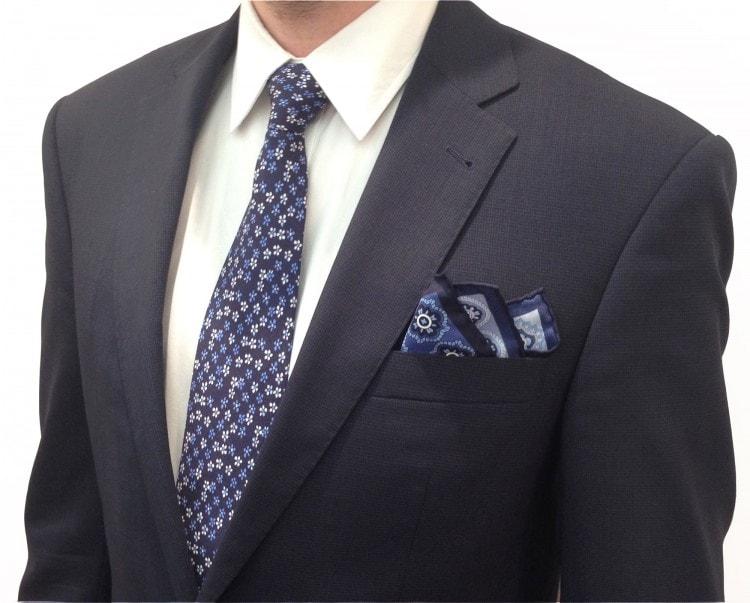 Сочетание галстука и платка calabrese с темно-синим костюмом
