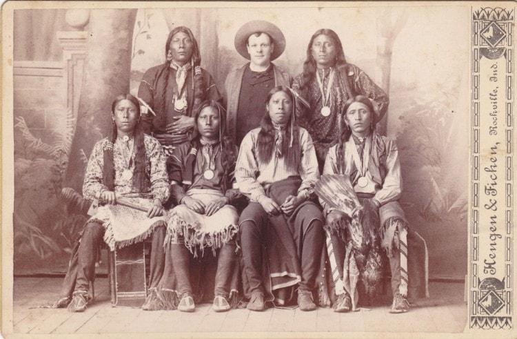 Семья коренных жителей Северной Америки в мокасинах