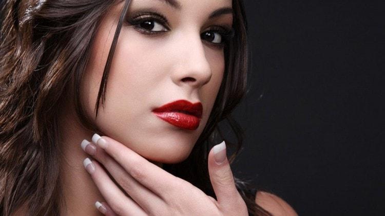 Красная губная помада считается имитацией пограснения половых органов у женщин