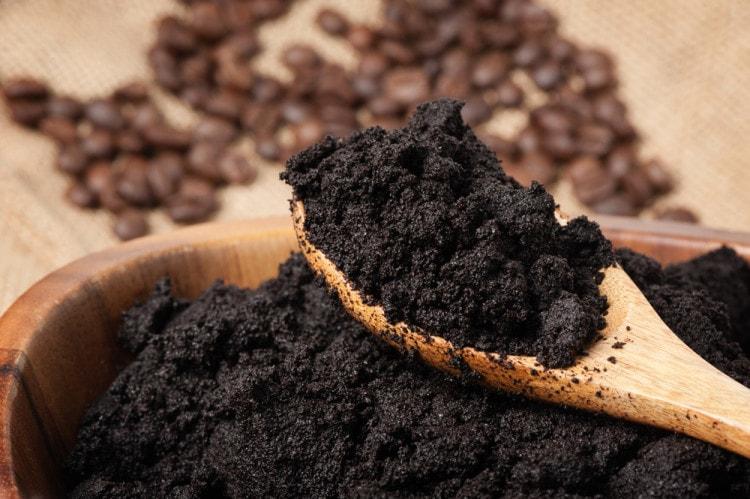 Удалить грязь с кожаного изделия пможет кофейная гуща