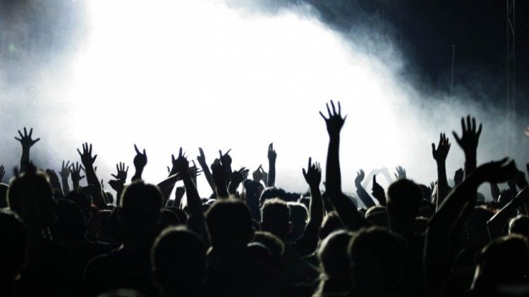 Билет на любимый музыкальный концерт будет отличным подарком мужчине-меломану на 23 февраля