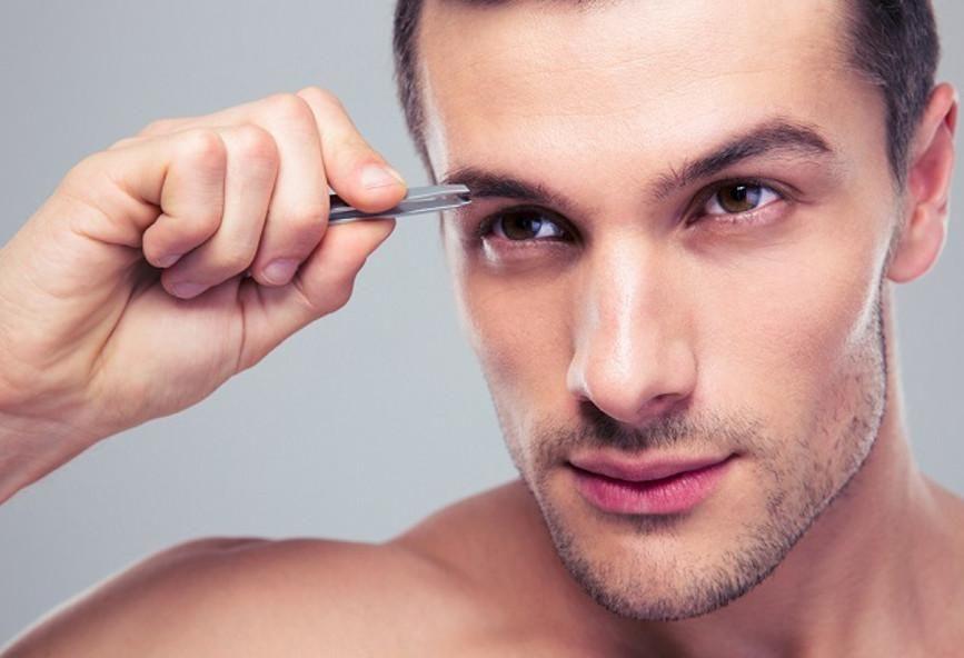 Достаточно убрать лишние черные волоски на переносице и висках, чтобы брови выглядели ухоженными.