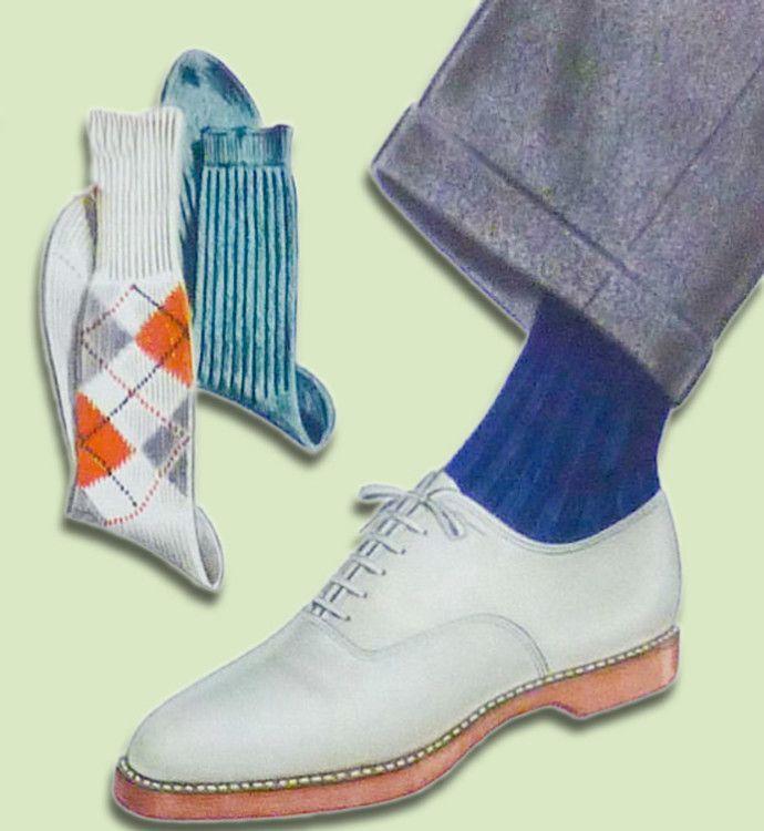 Синие носки отлично смотрятся в сочетании со светой обувью и серыми брюками.