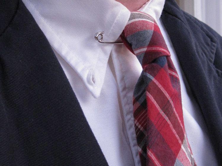 Булавка для воротника приподнимает галстук, делая его немного выразительней