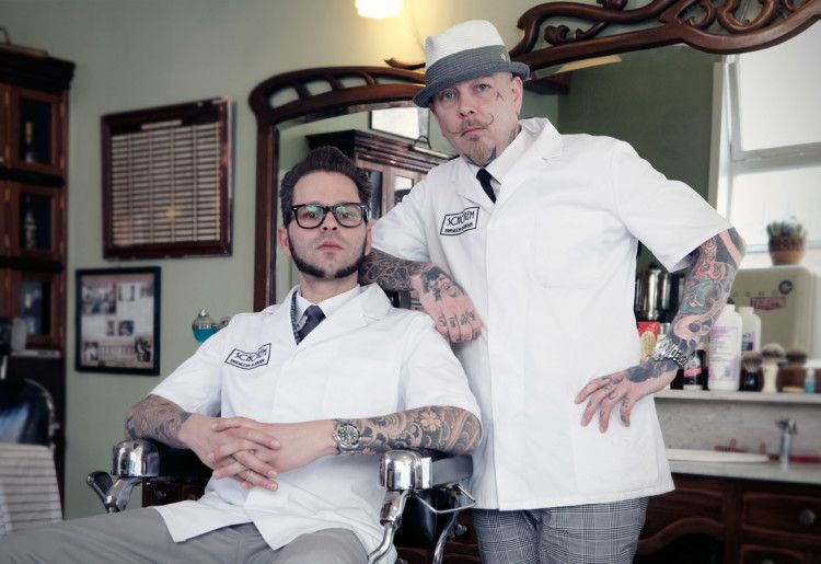 Мастера в одном из барбершопов – татуированные руки, ухоженные бороды и усы
