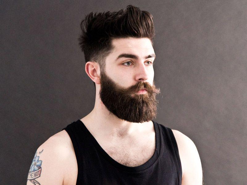Мужчина с аккуратной и ухоженной бородой даже в майке выглядит успешным человеком