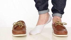 Мужские топсайдеры коричневого цвета в сочетании с низкими носками