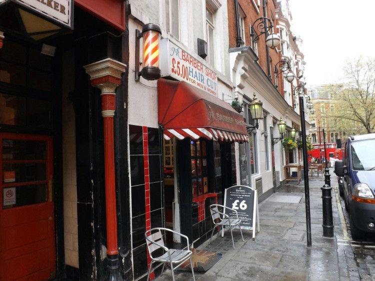 Традиционный барбершоп - с улицы его легко узнать по бело-красному или сине-красно-белому фонарю