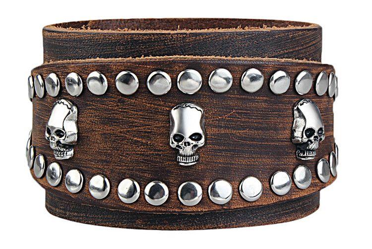 Брутального вида браслет для мужчин из кожи с металлическими заклепками и декором в виде черепов особо желанен в уличном, рок и панк стиле