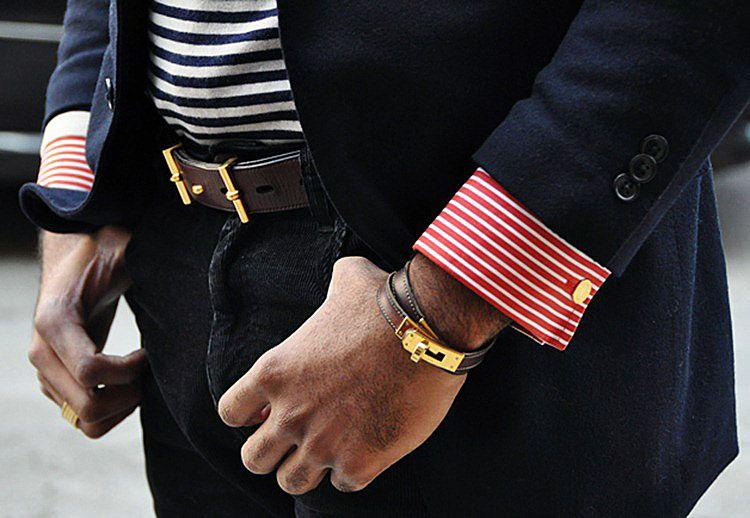 Креативный мужской браслет из кожи и золота перекликается с ремнем на брюках по дизайну и расцветке