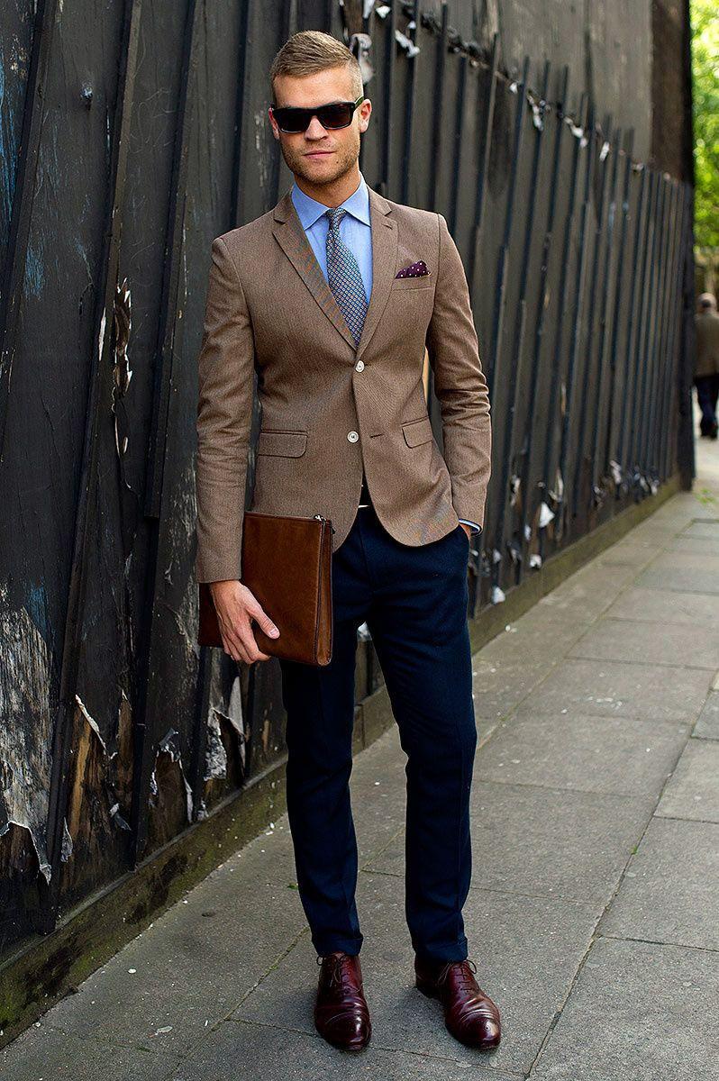 Невероятно стильный business casual вариант: коричневый пиджак, слегка зауженные книзу синие брюки, подобранные в тон к одежде рубашка и туфли