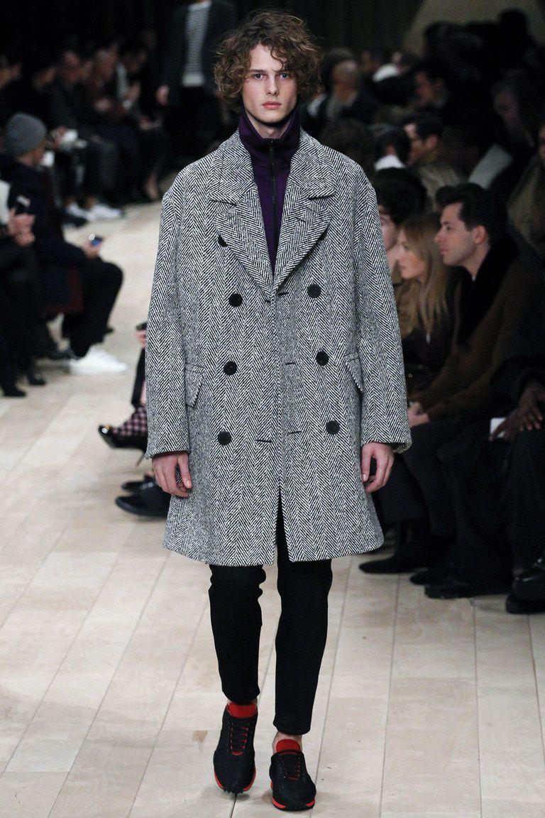 Пальто oversize от Burberry — броская деталь сдержанного лука