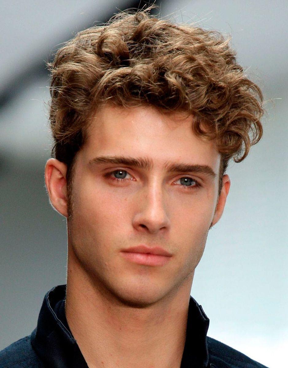 Воск на волнистых волосах мужчины