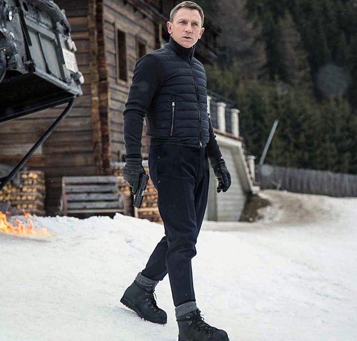 Дэниел Крейг в комфортных для экстремальных ситуаций ботинках с тракторной подошвой, гармонично подобранных по стилю и цвету к спортивным куртке и брюкам - Джеймс Бонд остается стильным всегда!