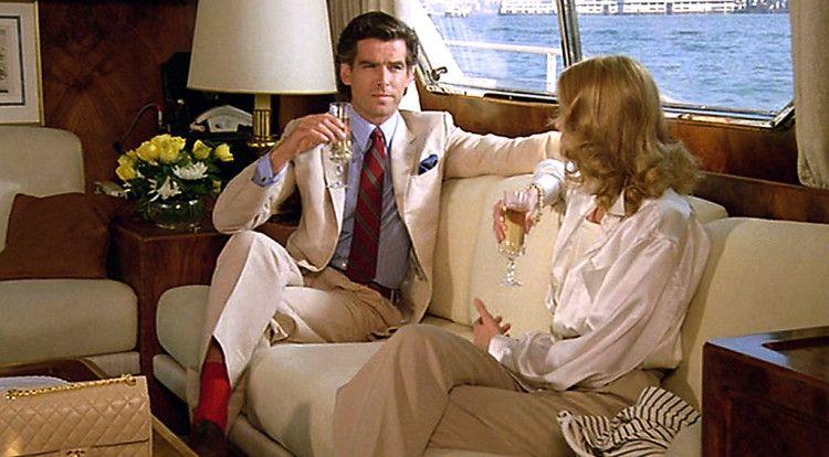 Джеймсу Бонду не чужды акцентные галстуки и носки приглушенных, не ярких расцветок