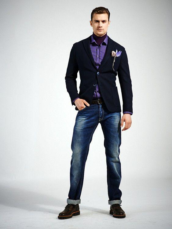 Идеальный образ для неформальной вечеринки - пиджак с накладными карманами, эффектная рубашка и потертые джинсы