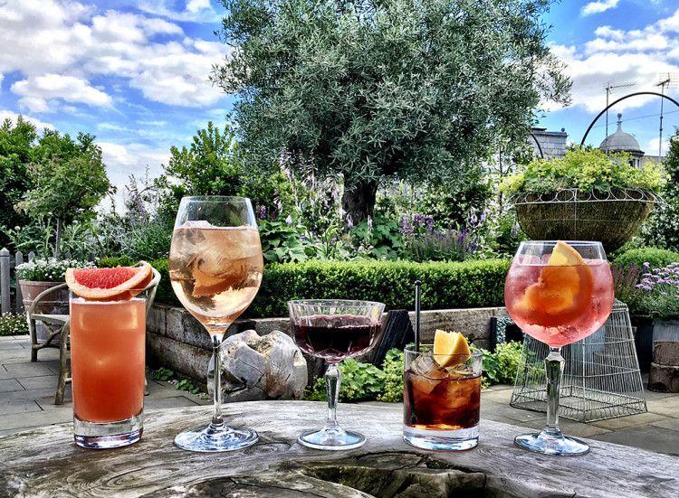Коктейли на основе вермута, а также его сочетание с соками, лимонадами, содовой легко поднимут настроение и снимут стресс