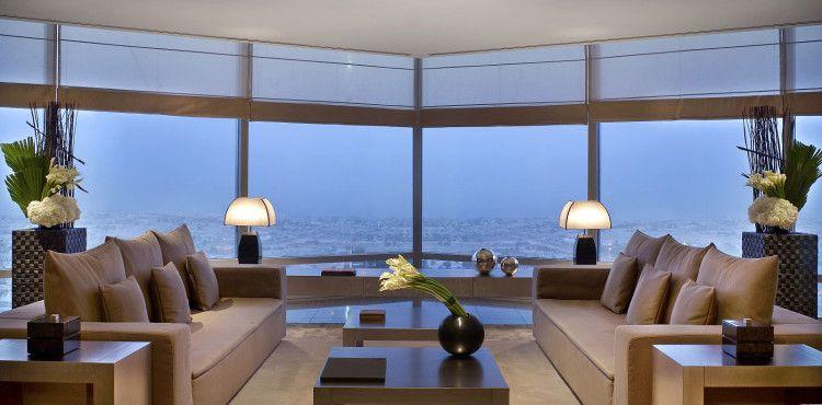 Захватывающий дух вид из панорамного окна номера люкс Armani Hotel Dubai смягчает сдержанный дизайн интерьера