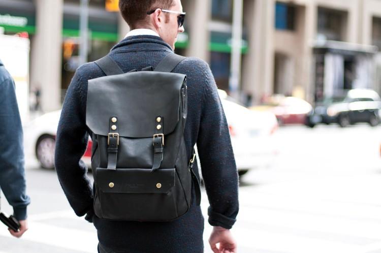 Городской рюкзак-ранец из кожи лаконичного дизайна в уличном мужском луке
