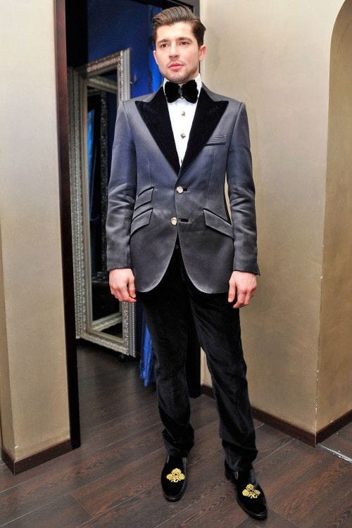 Иногда и в домашней обстановке не обойтись без роскошного бархатного костюма, дополненного аристократичного вида лоферами