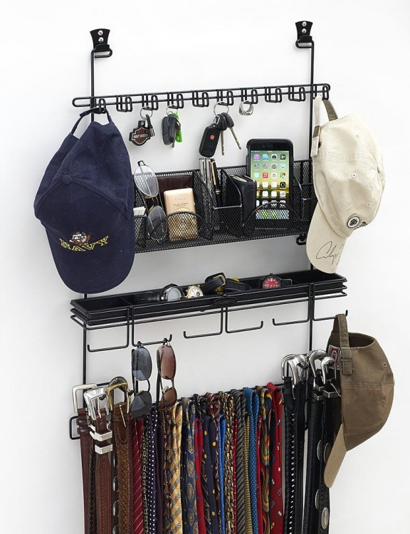 Когда в вашем шкафу мало места, используйте внутреннюю поверхность его дверок и прикрепите туда крючки, рейлинги, отсеки для аксессуаров