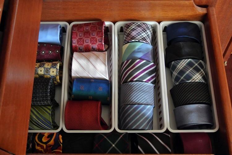 Оснащенный разделительными контейнерами ящик сохранит галстуки в идеальном виде
