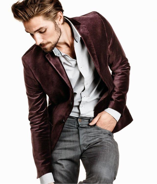 Пиджак из вельвета в комплекте со сдержанной рубашкой и джинсами серого цвета сделает наряд для новогодней вечеринки по-настоящему праздничным