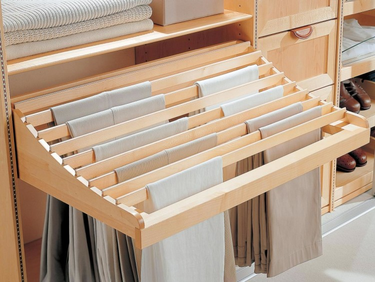 Специальный отсек для брюк крепится дополнительно под полкой в шкафу и оптимизирует пространство