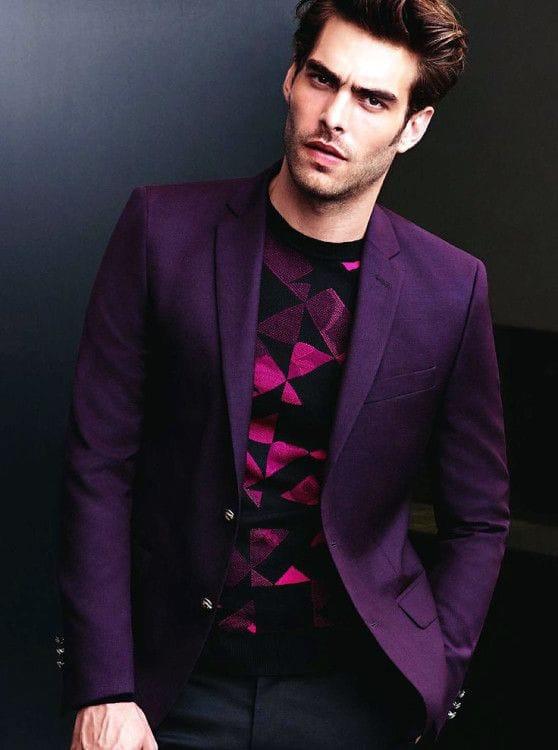 Успешно подобранный по цвету лонгслив отлично сочетается даже со сдержанным пиджаком насыщенного оттенка и слегка зауженными брюками