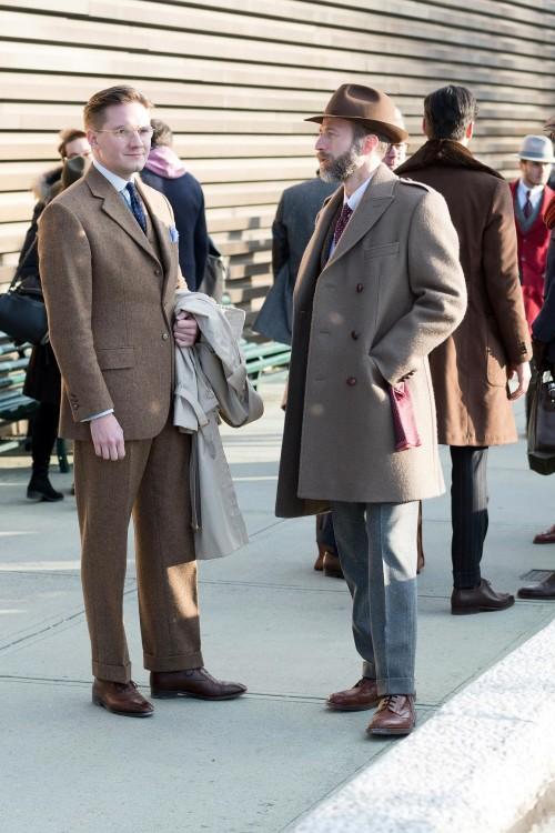 Качественно пошитый, теплый и стильный мужской костюм из твида (слева)