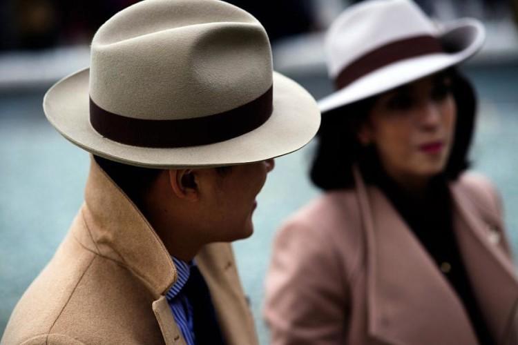 Классическая мужская шляпа федора неброской нейтральной расцветки делает образ подчеркнуто стильным
