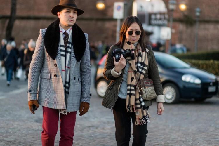 Мужское пальто в клетку с меховым воротником на участнике модной выставки Pitti Uomo 91