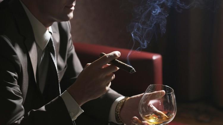 Традиционно курение сигары совмещают с крепкими напитками, такими как виски, бренди, бурбон или ром