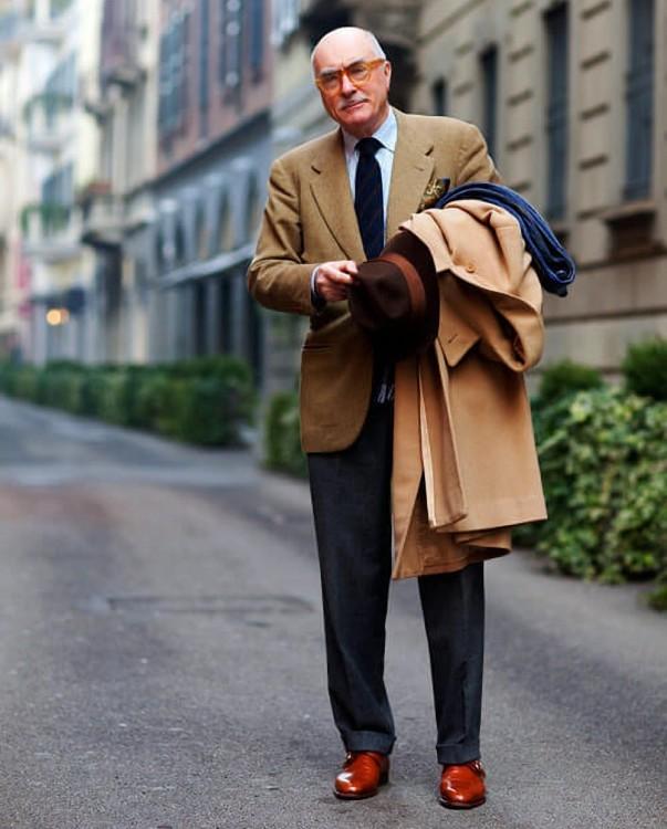 Барбера в бежевом пиджаке SB с серыми брюками и полосатым галстуком синего цвета в паре с монками от Sartorialist