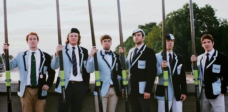 Члены команды гребцов 1829 в блейзерах с эмблемой команды