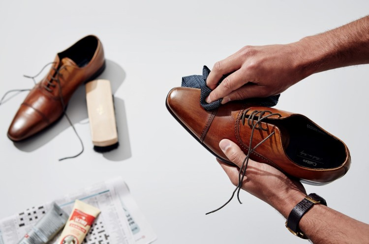 Первым делом уберите грязь и пыль с обуви