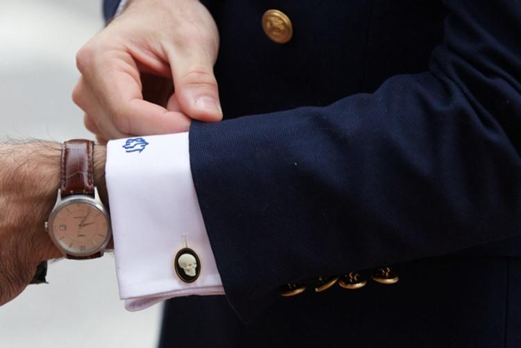 Пиджак костюма подчеркивает запонки