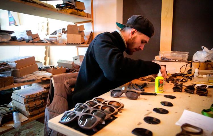 Процесс сборки деревянных очков