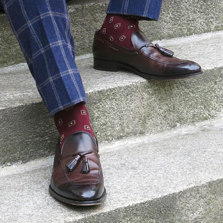 Бордовые носки с фантазийным рисунком отлично сочетаются с темно-коричневыми пени-лоферами