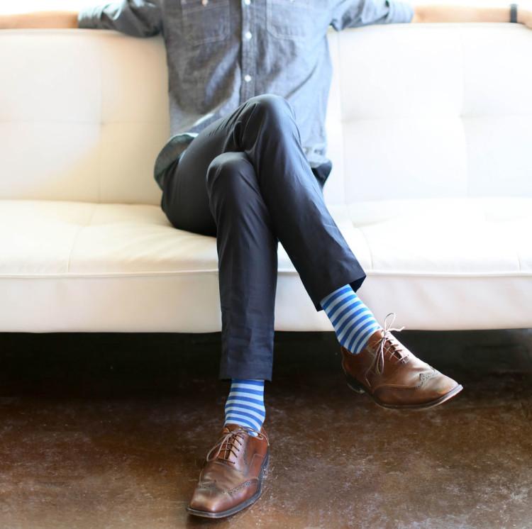 Голубые полосатые носки отлично сочетаются с джинсовой рубашкой smart casual стиля