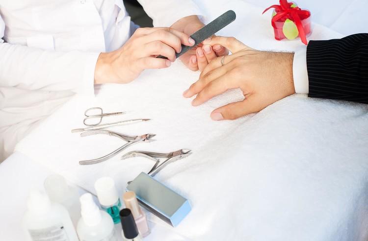 Классический обрезной мужской маникюр