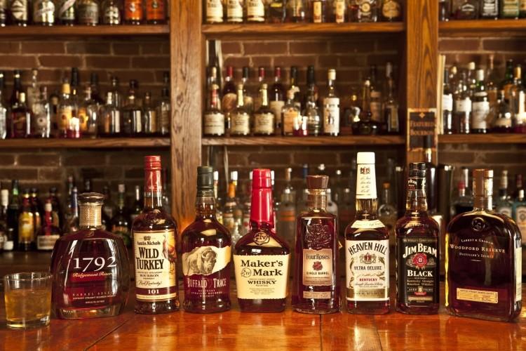 На полках магазинов выбор виски очень большой, так что подобрать что-то по вкусу не составит сложности