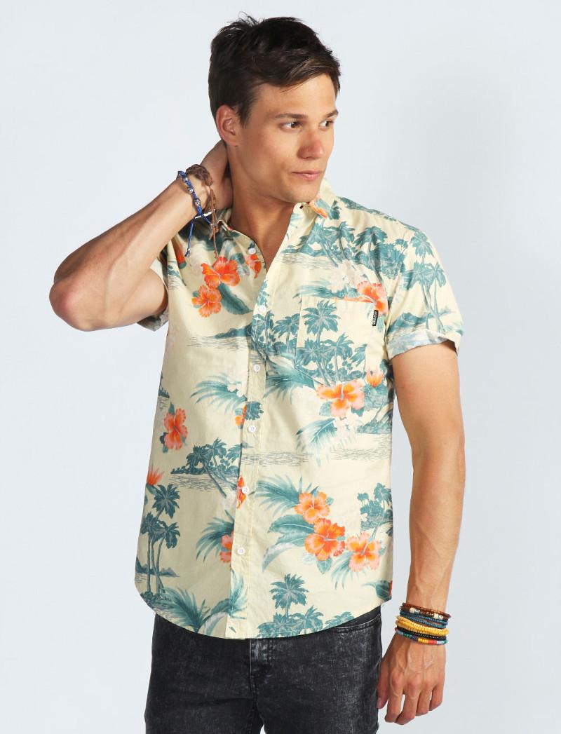 Из аксессуаров лучше всего с гавайскими рубашками сочетаются кожаные браслеты
