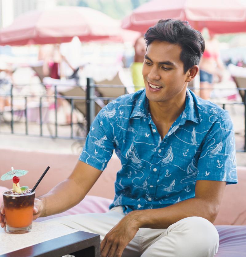 Вариация гавайской рубашки в сдержанной цветовой гамме может подойти и для отдыха и для работы в летний период
