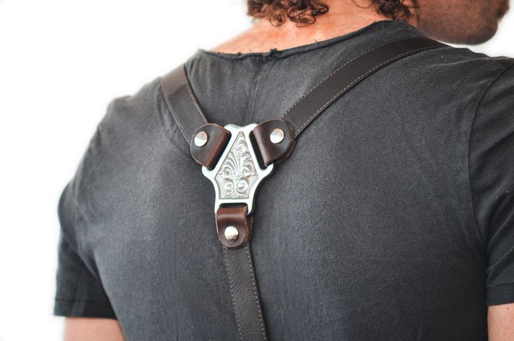 Интересно выглядят кожаные подтяжки с металлическими деталями