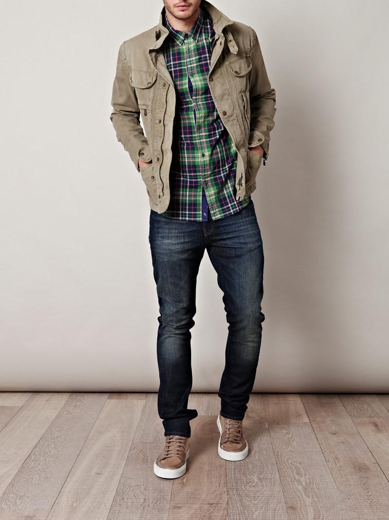 Бежевые кеды отлично дополнять повседневный образ из джинсов, рубашки и куртки