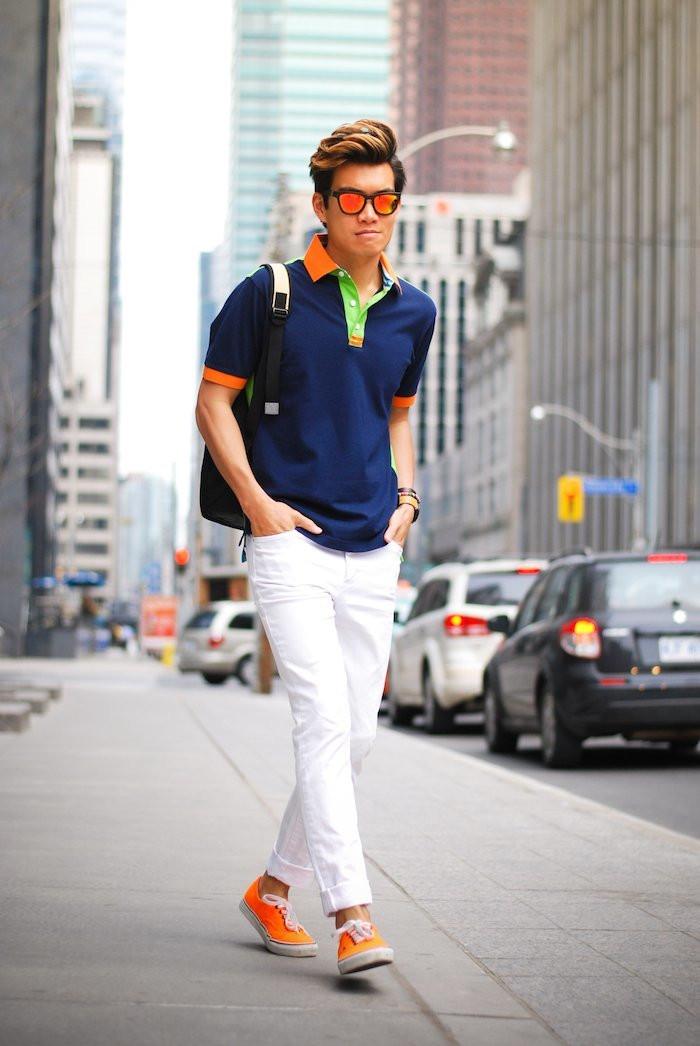 Яркие цвета футболки-поло можно поддержать аксессуарами